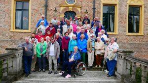 HVV-Reisegruppe als Schlossherrschaft unterwegs